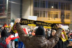 """Legida""-Demo in Leipzig: Demonstrant mit ""Dynamo-Dresden""-Schal"