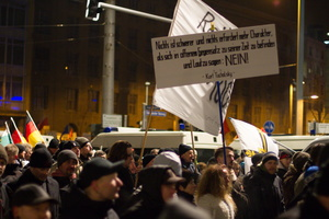 """Legida""-Demo in Leipzig: Demonstranten mit Schild"